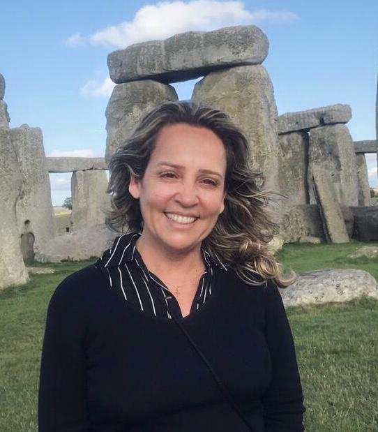 Foto: Jussara Hadadd em frente ao Monumento de Stonehenge, na Inglaterra